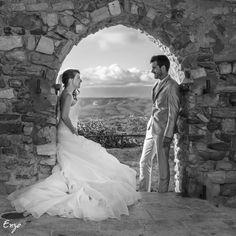 Jeunes mariés sous une arche, photo noir et blanc Mermaid Wedding, Marie, Wedding Dresses, Photos, Fashion, Newlyweds, Photo Black White, Bride Dresses, Moda