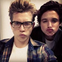 James McVey and Bradley Simpson, so cute *-* // The Vamps Bradley Simpson, Evan And Connor, Bradley The Vamps, Bae, Will Simpson, New Hope Club, British Boys, Celebs, Celebrities