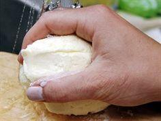 Pod proudem studené vody máslo hněďte, až se vyloučí zbytky syrovátky.