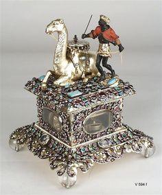 Tischuhr mit Kamel und Mohren