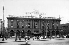 Ilyen is volt Budapest - Blaha Lujza tér, a Corvin áruház Old Pictures, Old Photos, Harbin, Budapest Hungary, Historical Photos, Arch, The Past, Louvre, Street View
