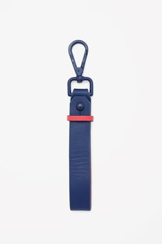 With a contrasting underside, this leather keyring has a matte metal clasp and pin fastening.