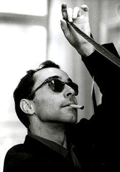 Jean-Luc Godard (París; 3 de diciembre de 1930) es un director de cine franco-suizo. Cultiva un cine creador, vanguardista, pero accesible en su conjunto. Es experimental respecto al montaje considerado clásico.Es uno de los miembros más influyentes de la nouvelle vague, a la vez caracterizado por su acidez crítica y por la poesía de sus imágenes.