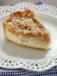 Jam Hands: Fresh Pear Crumble Pie Recently I found myself with a bag of pears all beginning to ripe at the same time. I considered a few recipes but settled on this delicious Fresh P… Pear Dessert Recipes, Pie Dessert, Just Desserts, Delicious Desserts, Fresh Pear Recipes, Fall Recipes, Holiday Recipes, Pear Pie, Pear Tart