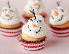 Receita simples de fazer e a garotada vai adorar comer o cupcake decorado com o Olaf do filme Frozen! Veja a receita para fazer cupcakes para festa frozen.