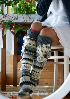 Somebody please find the pattern for theese Crochet Leg Warmers, Crochet Slippers, Arm Warmers, Knitting Socks, Hand Knitting, Cute Crochet, Knit Crochet, Knitting Projects, Crochet Projects