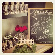 Kentucky derby party, with a great chalkboard sign on the bar! www.mybigdaycomp… Kentucky Derby Party, mit einem tollen Tafelschild an der Bar! www. Kentucky Derby, My Old Kentucky Home, Winter Bridal Showers, Simple Bridal Shower, Derby Time, Derby Day, Bourbon Bar, Run For The Roses, Cocktail