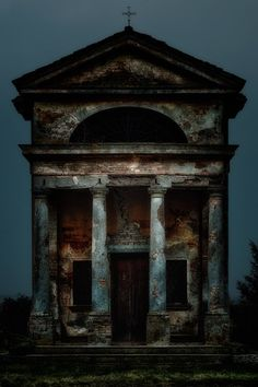 old ruined building in the Italian countryside