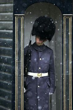 A soldier of the Scots Guards peers out of his sentry box at St James's Palace in London. London and Snow are a perfect mix :) England And Scotland, England Uk, London England, St James's Palace, Palace London, London City, Snow Pictures, We Are The World, London Calling