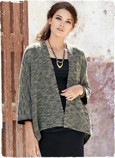 Die minimalistische Jacke ist in einem griffigen Salz-und-Pfeffer-Tweed aus Pima (91 %) und Babyalpaka (9 %) gestrickt, mit offener Blende und angeschnittenen 7/8-Ärmeln.