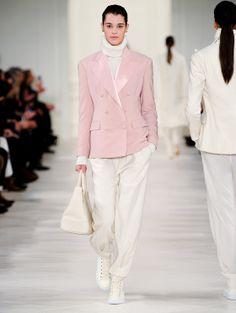 Un grand moment que cette succession de silhouettes d'un glamour mesuré à la perfection, tout en fluidité et cachemire. Sur une base imposante de blanc, les teintes sont résolument pastels. Le rose pâle a rarement été aussi désirable. Ralph Lauren sait ce que veulent les femmes.