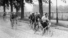 En 1924, à Bayonne, au milieu de l'étape des Sables-d'Olone longue de 482 km, Hector Tiberghien trouve encore la force de pousser une jeune bordelaise.