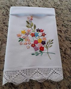 No photo description available. Embroidery Flowers Pattern, Hand Embroidery Stitches, Hand Embroidery Designs, Ribbon Embroidery, Flower Patterns, Sewing Patterns, Floral Bedspread, Embroidery On Kurtis, Quilting Frames
