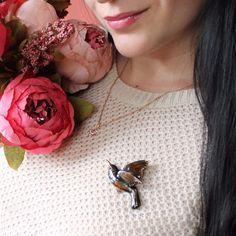 Le'BIRDS - dámska ručne maľovaná brošňa v dizajne kolibríka, luxusný šperk Anniversary Gifts For Husband, Vintage Birds, Groomsman Gifts, Shape Patterns, Vintage Brooches, Girl Gifts, Boyfriend Gifts, Best Gifts, Jewelry