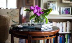 The Socialite Family | Sur le guéridon de la famille d'Amira Salaam Amro, des livres encore et toujours. #famille #family #newyork #nyc #amirasalaamamro #livingroom #salon #books #livres #flowers #fleurs #home #house #highline #déco #art #design #architecture #inspiration #idea #thesocialitefamily
