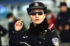 CyberNews: Los agentes de policía en Zhengzhou China han sido vistos usando gafas de sol equipadas con software de reconocimiento facial que les permite identificar a las personas en una multitud. Estas gafas de sol de vigilancia se implementaron el año pasado pero un informe reciente de QQ de China publicó una serie de fotos de las gafas en acción.  Con el Año Nuevo Lunar a la vuelta de la esquina es un momento del año ocupado para muchos aeropuertos estaciones de ferrocarril y centros de…