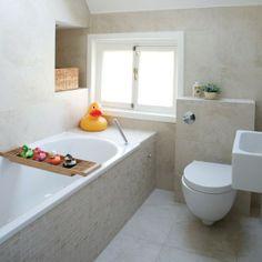 Kleine badkamer met schuin plafond. Tijdloos ontwerp.