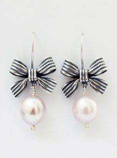 Aretes de moño con rayas y perla Plata .925 Moño: 1.8 cm *El tono y tamaño de la piedra puede tener una variación