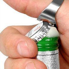 ¡No te vuelvas a romper un diente nunca más abriendo un botellín de cerveza! Con este anillo puedes quedarte con todos tus amigos abriendo todas las botell