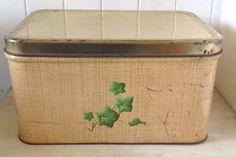 Antiquité circa 1950 Collection. Ancienne boîte à pain en fer Lévis…