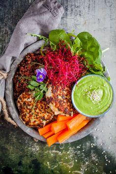 Jag har länge velat dela med mig av mitt bästa recept på fiskburgare. Men det har liksom under alla år här på Linnéas Skafferi blivit av. Men nu äntligen! Jag tycker fiskburgare eller fiskbiffar om man så vill är ett perfekt sätt att variera sitt fiskintag på. Nu har jag inga problem med att få A Food, Veggies, Vegetarian, Ethnic Recipes, Vegetable Recipes, Vegetables