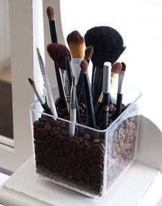 This clear acrylic brush holder is particularly chic. It's filled with coffee beans and this gives it a unique charm. The coffee beans will make the room smell beautiful and the brush holder is simple and stylish as well as very practical. Makeup Storage, Makeup Organization, Bathroom Organization, Storage Organization, Bathroom Storage, Rangement Makeup, Do It Yourself Organization, Ideas Prácticas, Craft Ideas