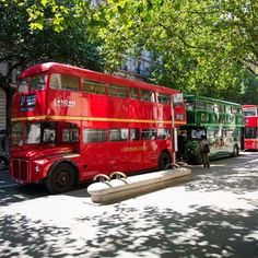 Brilliant Photos of London's Buses Even the old Routemasters came out to play on Tube Strike day. Traps Workout, Routemaster, London Bus, London Transport, London Photos, Buses, Transportation, Coaches, Play