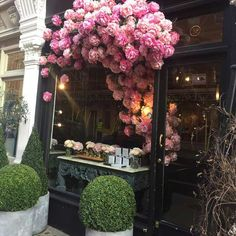We always love the amazing displays put on by the delightful @byappointmentonlydesign at their Chiltern Street boutique. What more could a girl possibly dream of for their big day than to have these floral artists manage every petal? #floralgoals #weddingflowers #ilovelondon #marylebone #Frenchbedroomcompany. #frenchbedroomcompany #fbco10 #shabbychic #vintage #thatsdarling #interiordesign #pursuepretty #thatsdarling #makeyousmilestyle #homedecor #everydaymagic #interior4all…