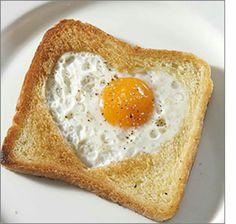 Un delicioso corazón hecho con molde de corazón, en pan tostado, rellenando la forma con un huevo ya frito (se puede rellenar con cualquier otro producto como mermelada o jalea, huevo revuelto, etc), para una persona especial o para uno mismo...en un día cualquiera o en una celebración especial...yumi