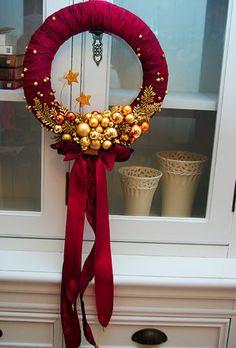 Stylowy wianek bożonarodzeniowy ciemno-bordowy z odcieniami złota. Zobacz inspiracje Bożonarodzeniowe na naszej stronie i samodzielnie wykonaj dekoracje na Święta Bożego Narodzenia.