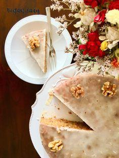Vynikajúci vegánsky koláč z celozrnnej múky, strúhanej mrkvy a kokosového oleja ochutený škoricou, klinčekmi a muškátovým orieškom a preliaty citrónovou polevou. Bread, Baking, Lady, Food, Lemon, Brot, Bakken, Essen, Meals
