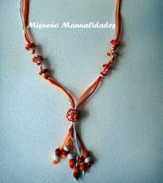 Collar de verano de Fimo en rojo, naranja y blanco montado con cola de ratón de los mismos colores.  www.misuenyo.com / www.misuenyo.es