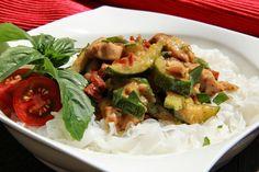 V kuchyni vždy otevřeno ...: Kuřecí, cuketa a sušená rajčata na másle Kung Pao Chicken, Sprouts, Potato Salad, Zucchini, Food And Drink, Potatoes, Meat, Vegetables, Ethnic Recipes