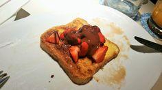 French Toast mit Erdbeeren und Schokosauce von den Churros.