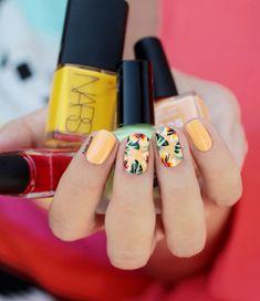 Sommer Nageldesign mit Blumenmotiven, schlichte Fingernägel mit schöner Dekoration