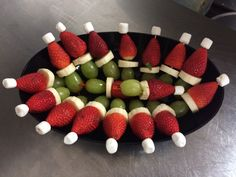 Para esta fiesta Navideñas lindo arreglo navideño en tus Fiestas elaborado de banana, uvas verde, fresa, y miniatura Marshmallows.