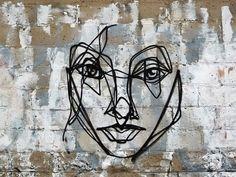 Ce street artiste mystérieux qui ne signe aucune de ses oeuvres et qui multiplie les interventions, en particulier à Toronto (Canada), se prénomme ANSER
