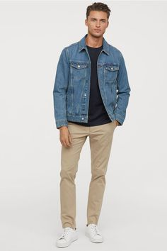 Chinos in stretch cotton twill. Zip fly with obscured hook-and-eye fastener, side wallets, and welt back wallets with button. Regular midsection and gently tapered thighs. Beige Pants Outfit, Chinos Men Outfit, Korean Street Fashion, Stylish Men, Men Casual, Smart Casual, Summer Outfits Men, H M Outfits, Beach Outfits