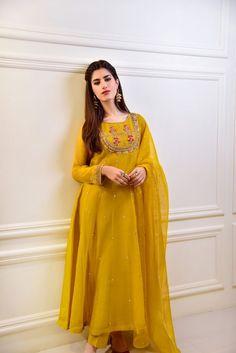 Pakistani Fashion Party Wear, Pakistani Formal Dresses, Indian Fashion Dresses, Dress Indian Style, Pakistani Dress Design, Indian Designer Outfits, Pakistani Clothing, Pakistani Suits, Indian Wear