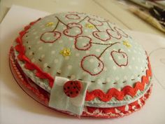 This is so cute... needlebook/pincushion combo made from old cd's - Jenny of Elefantz