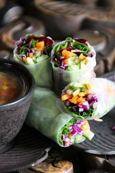 Spring rolls with raw vegetables and an Oriental dip. Raw Food Recipes, Veggie Recipes, Asian Recipes, Vegetarian Recipes, Healthy Recipes, Vegetable Egg Rolls, Vegetable Snacks, Healthy Spring Rolls, Raw Vegetables