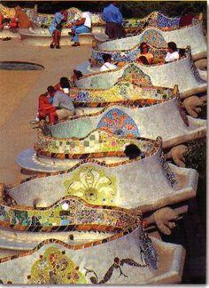Dit zijn de mozaïeken op de bank die door Parc Güell kronkelt. Ik vind deze mozaïeken erg mooi door de felle kleuren en mooie vormen.
