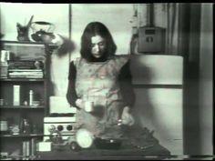 """""""Semiotics of the Kitchen"""" (1975) Martha Rosler. Rosler hace una fuerte crítica sobre la forma en que la sociedad construye el estereotipo sobre la mujer. En este caso la cocina. Desde la ironía y lo corporal transforma la acción en símbolos de violencia. @VladimirFirpo"""