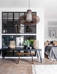Slaapkamer met stalen glaswand | Bedroom with wall of steel and glass | vtwonen 10-2017 | Fotografie Sjoerd Eickmans | Styling Moniek visser