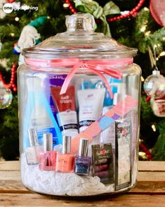 unique gifts Mani-Pedi In A Jar Winter weather can wreak havoc on hands and feet! Give the gift of soft and pretty fingers and toes with this mani-pedi gift in a jar. Great gift for a girl. Top 5 Christmas Gifts, Homemade Christmas Gifts, Homemade Gifts, Holiday Gifts, Christmas Time, Raffle Baskets, Diy Gift Baskets, Fundraiser Baskets, Cute Gifts