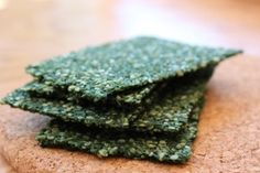 Spirulina Chili Kale Crisps These spicy vegans kale crisps are full of antioxidants, anti-inflammatory properties, and cancer preventative nutrients. Spirulina Recipes, Superfood Recipes, Raw Food Recipes, Gluten Free Recipes, Jar Recipes, Freezer Recipes, Freezer Cooking, Recipes Dinner, Drink Recipes