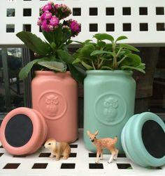 Barattoli da cucina, con coperchio effetto lavagna, trasformati in originali cache pot. Un'idea di Elisabetta Viganò per il #bloggerdayviridea di maggio 2015. #diy #jars #cachepot #chalkboard #plants #green