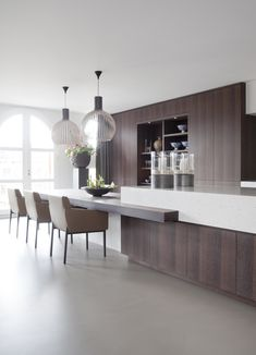 Keukenblad - Een super gaaf keukenblad. Door te spelen met de lengte van de ruimte krijg je het gevoel alsof de ruimte meters lang is. De overloop van het keukenblad naar de tafel is ook super gaaf gedaan met een goede constructie. Inspirerend om te zien wat allemaal mogelijk is.