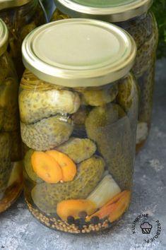 Ogórki konserwowe - tradycyjny przepis mojej Babci - KulinarnePrzeboje.pl Pickles, Cucumber, Mason Jars, Treats, Healthy, Food, Sweet Like Candy, Goodies, Mason Jar