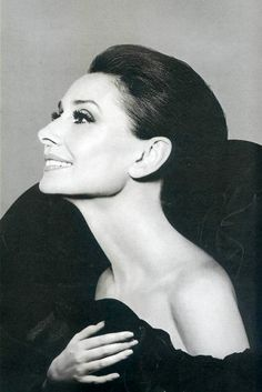 Audrey Hepburn, full of grace and beauty. Photo by Richard Avedon Katharine Hepburn, Audrey Hepburn Born, Divas, Richard Avedon, Classic Hollywood, Old Hollywood, Scarlett O'hara, Maria Callas, Portrait Inspiration